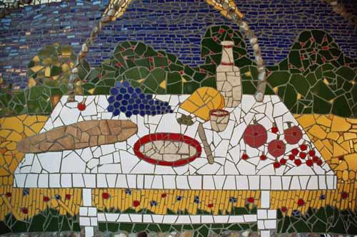 Ausschnitt der, mit Mosaikkunst verschönerten Wand
